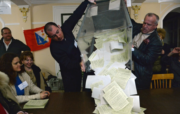 У избирательных участков 16 марта выстраивались очереди. Явка на референдум в Крыму составила 83,1%, а в Севастополе — 89,5%. За вхождение полуострова в состав России в Крыму проголосовали 96,77%, в Севастополе — 95,6% участников референдума / РИА Новости