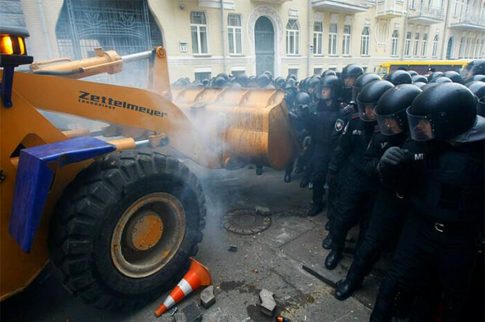 Оппозиция штурмует администрацию президента на бульдозере в Киеве //Источник: Сергей Полежака // Reuters