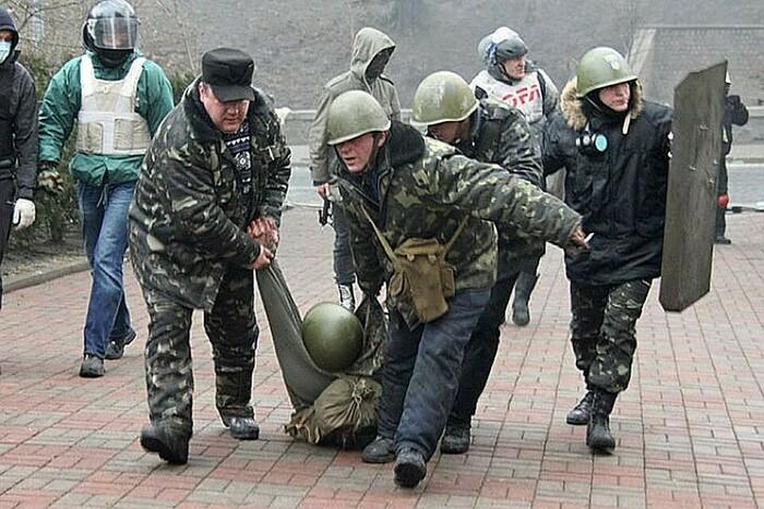 Февраль 2014 года, эвакуация жертвы уличных боев в центре Киева.Фото: Александр КОЦ