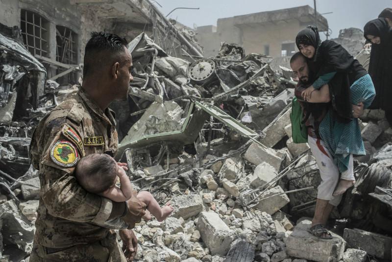 Уцелевшие после бомбежек жители Мосула (Ирак)