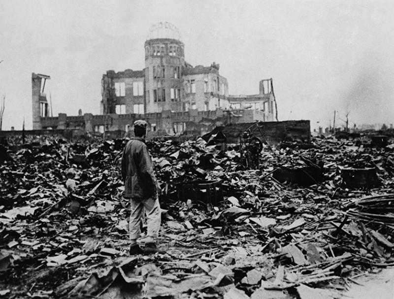 Выживший вовремя атомной бомбардировки Хиросимы уздания Выставочного центра Торгово-промышленной палаты, 6августа 1945 года (©APPhoto)