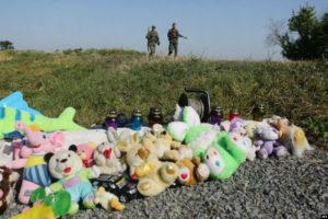 Детские игрушки наместе падения малайзийского самолёта «Боинг 777»