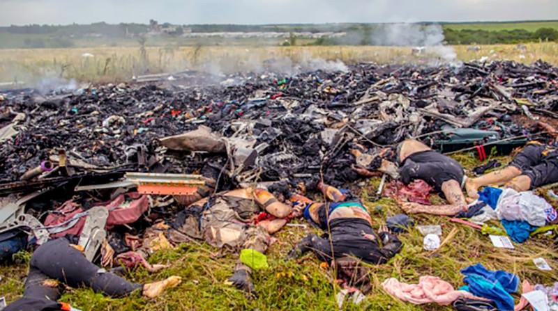 Наместе крушения малайзийского самолета Boeing 777в районе города Шахтерск Донецкой области (Андрей Стенин)