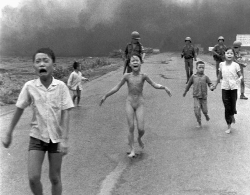 Вьетнамские дети после бомбандировки напалмом села Транг Банг (Ник Ут)
