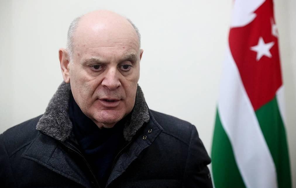 Оппозиционер Аслан Бжания побеждает на выборах президента Абхазии с 56,5% голосов